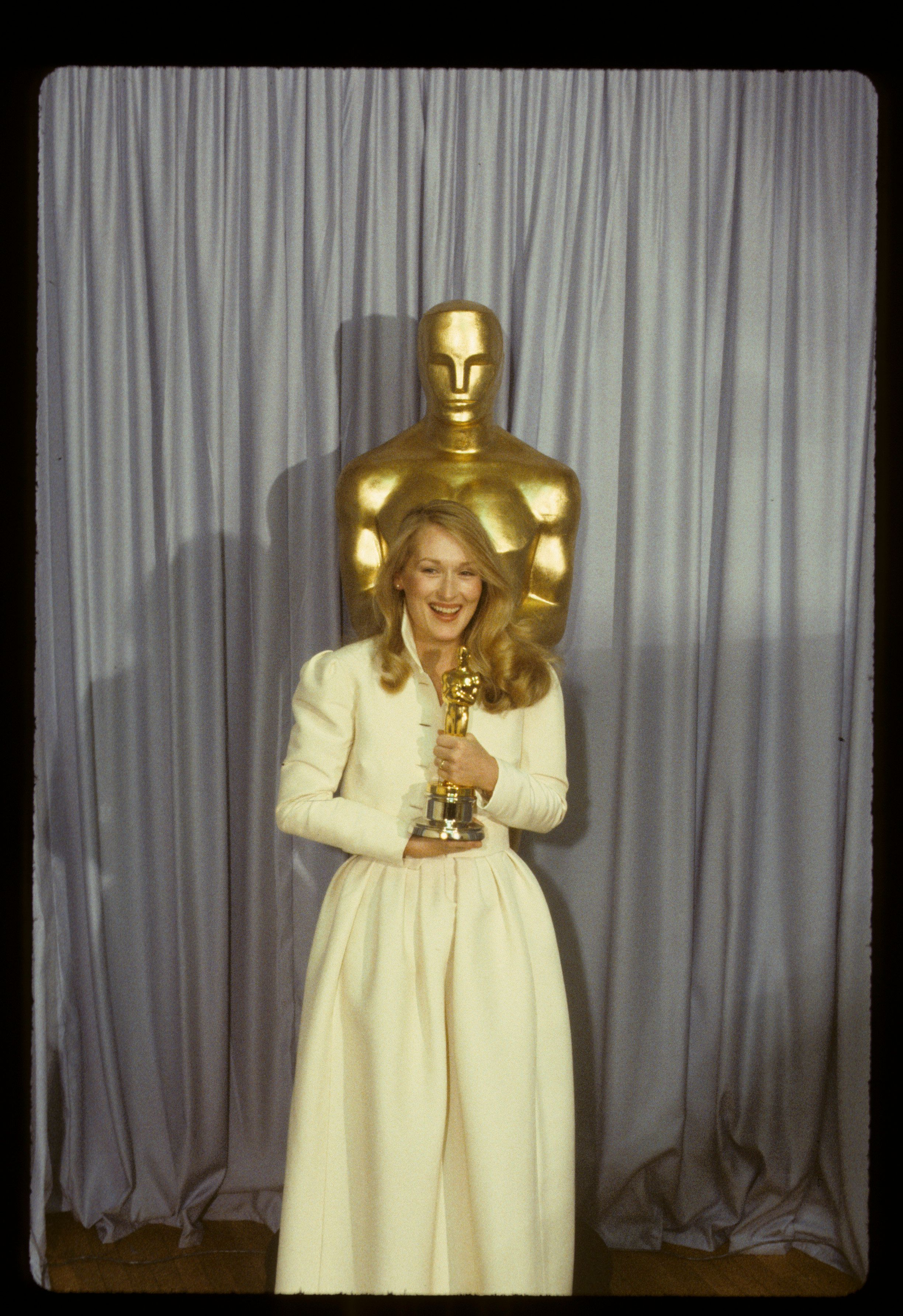 THE 52ND ANNUAL ACADEMY AWARDS - Backstage Coverage - Airdate: April 14, 1980. (Photo by ABC Photo Archives/ABC via Getty Images) MERYL STREEP WITH BEST SUPPORTING ACTRESS OSCAR