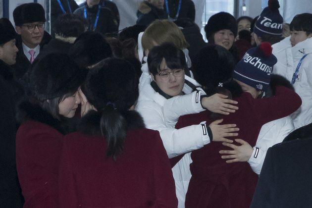 '2018 평창겨울올림픽'을 마무리한 북한 선수들이 26일 아침 강원도 강릉시 강릉올림픽선수촌을 떠나며 남한 선수들과 인사를 나누고