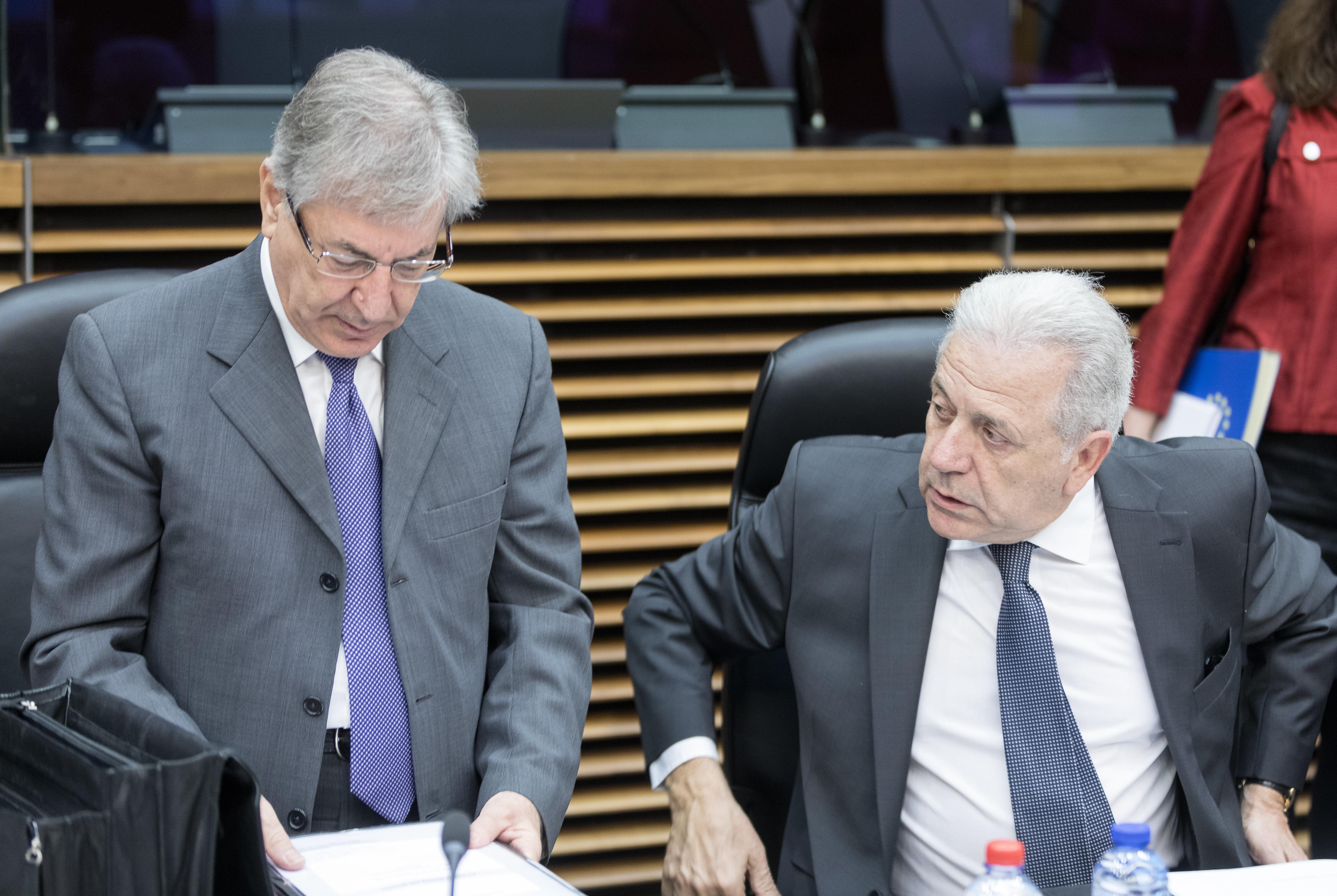 Αβραμόπουλος: Η EΕ θα στηρίξει οικονομικά τα μέλη που θέλουν να συνεχίσουν μετεγκαταστάσεις, βάσει