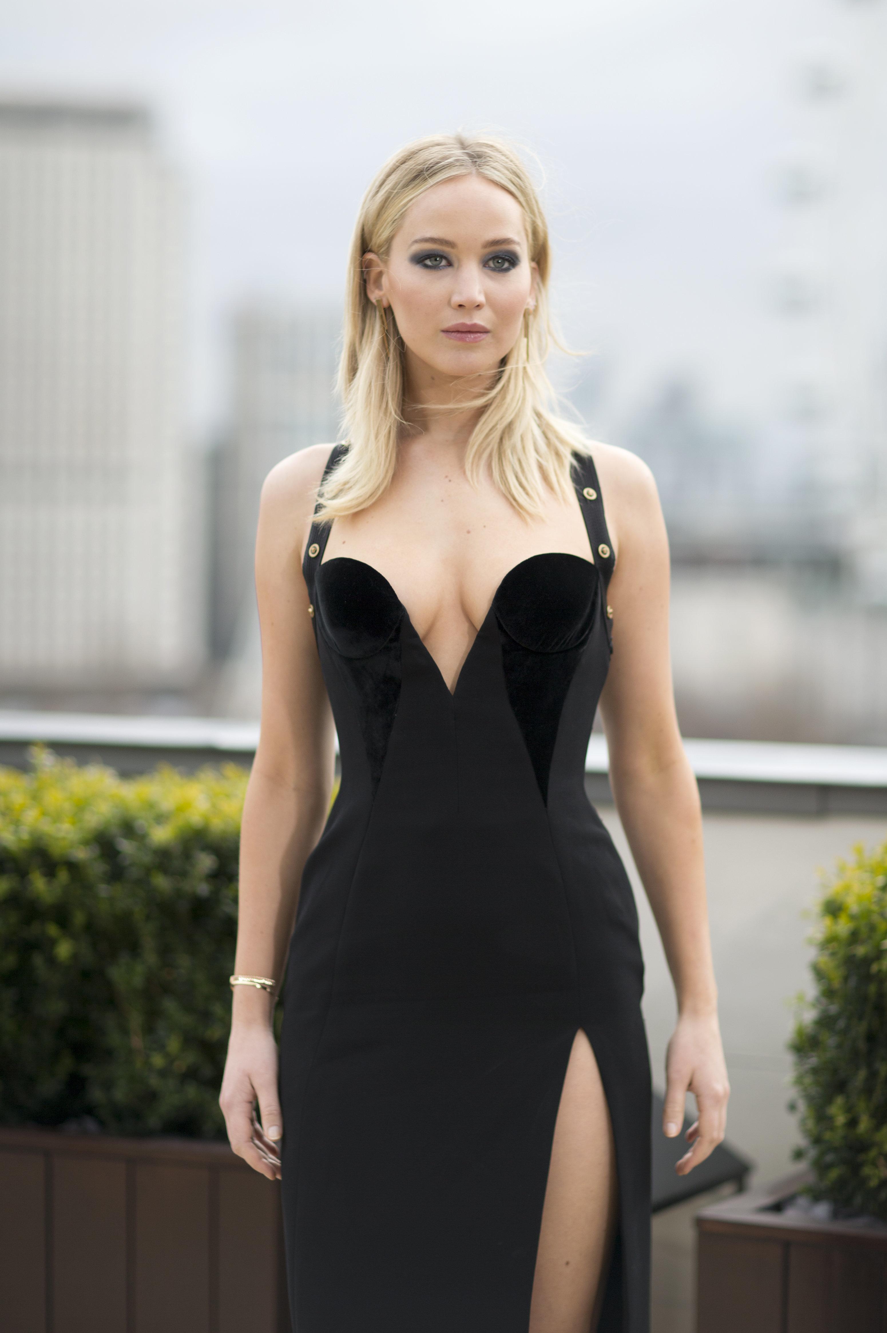 Jennifer Lawrence défend sa scène de nu après la fuite de ses photos intimes: «un des deux est mon