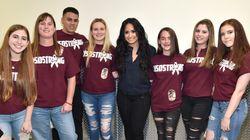 Demi Lovato leva ao palco sobreviventes do tiroteio da