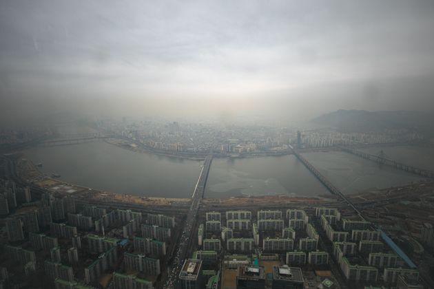 수도권 대부분 지역에 미세먼지 농도가 '나쁨'을 나타내고 있는 2월 27일 오후 서울 송파구 롯데월드타워 서울스카이에서 바라본 도심이