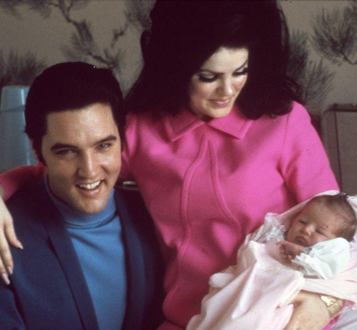 Ο Elvis Presley και η σύζυγός του Priscilla με την 4 ημερών κόρη τους Lisa Marie, στις 5 Φεβρουαρίου του 1968.