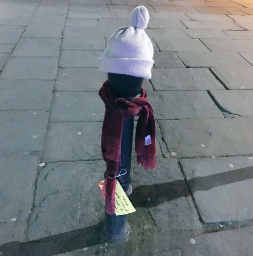 영국인들이 길거리에 모자와 목도리를 놔둔