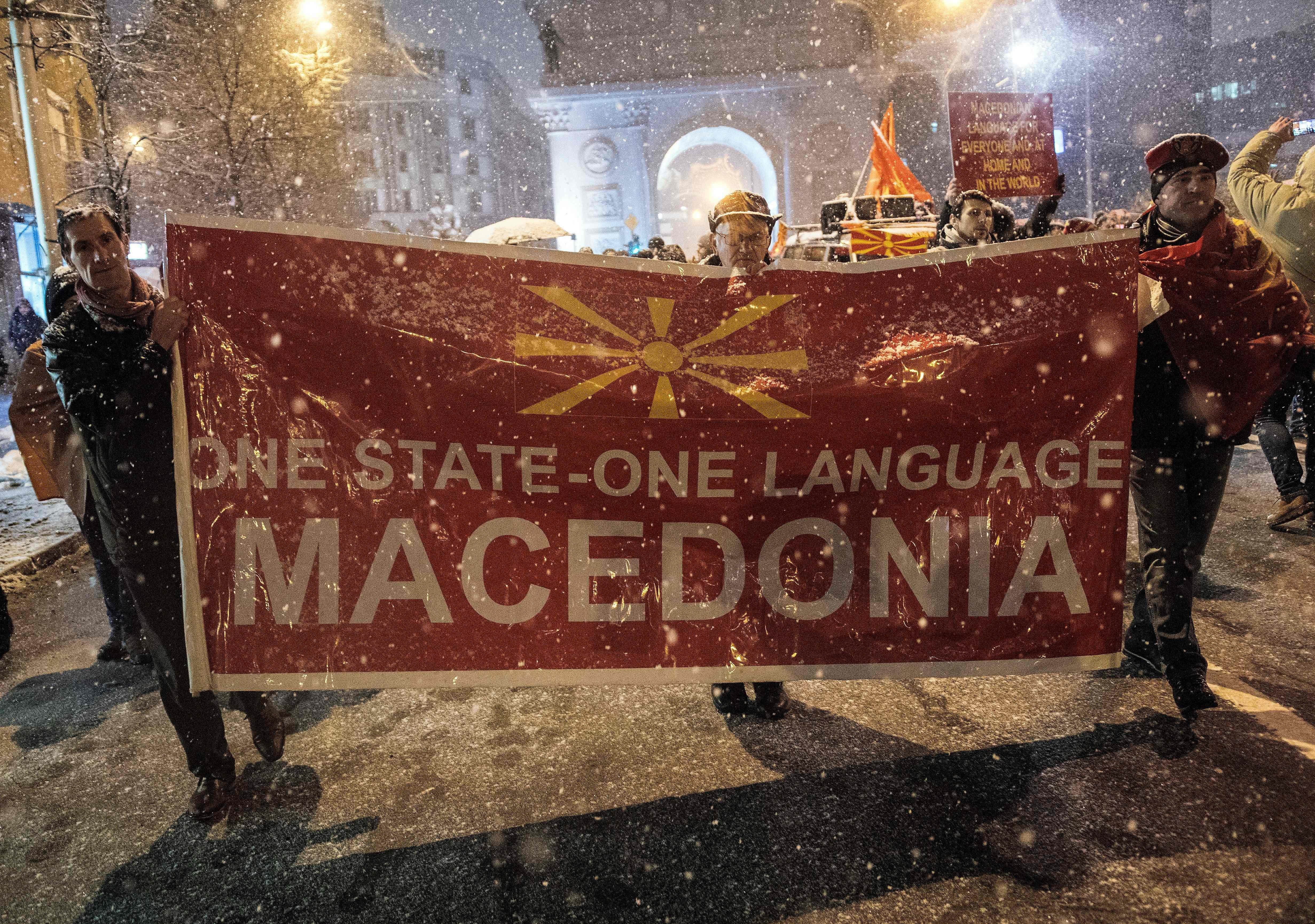 Καίγοντας ελληνικές σημαίες στα Σκόπια. Η πορεία κατά της αλλαγής της ονομασίας της πΓΔΜ μέσα από τις αναρτήσεις των γειτόνων...