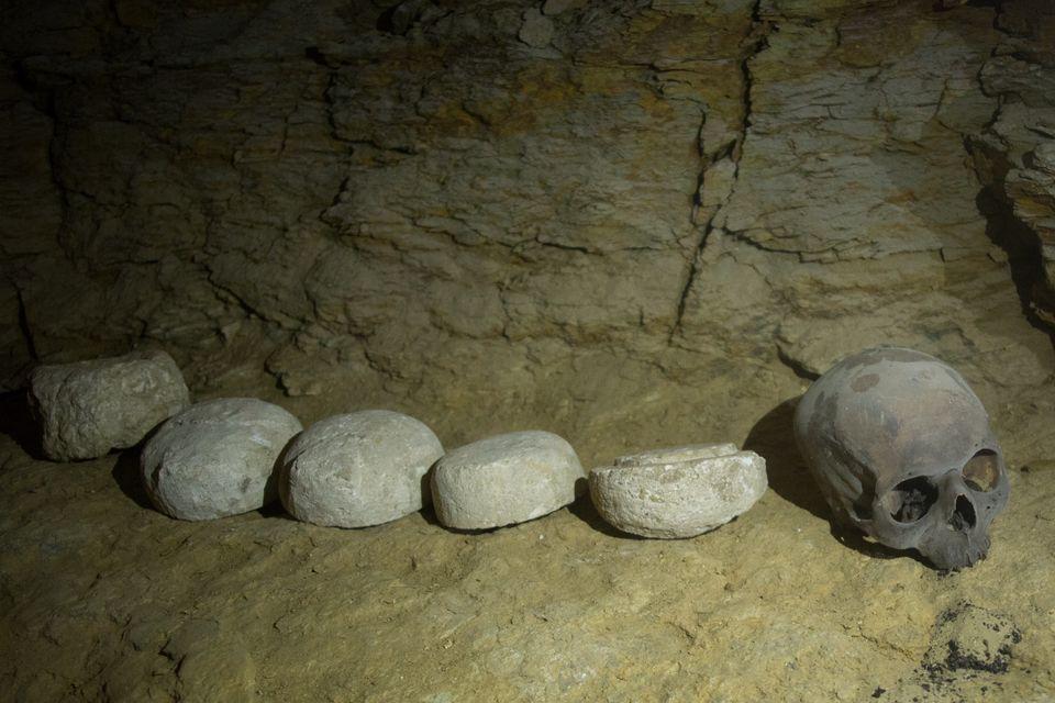 Ένα «μήνυμα από τον άλλο κόσμο» πάνω σε ένα κολιέ ανακάλυψαν οι αρχαιολόγοι στη νεκρόπολη των 2.300 ετών...