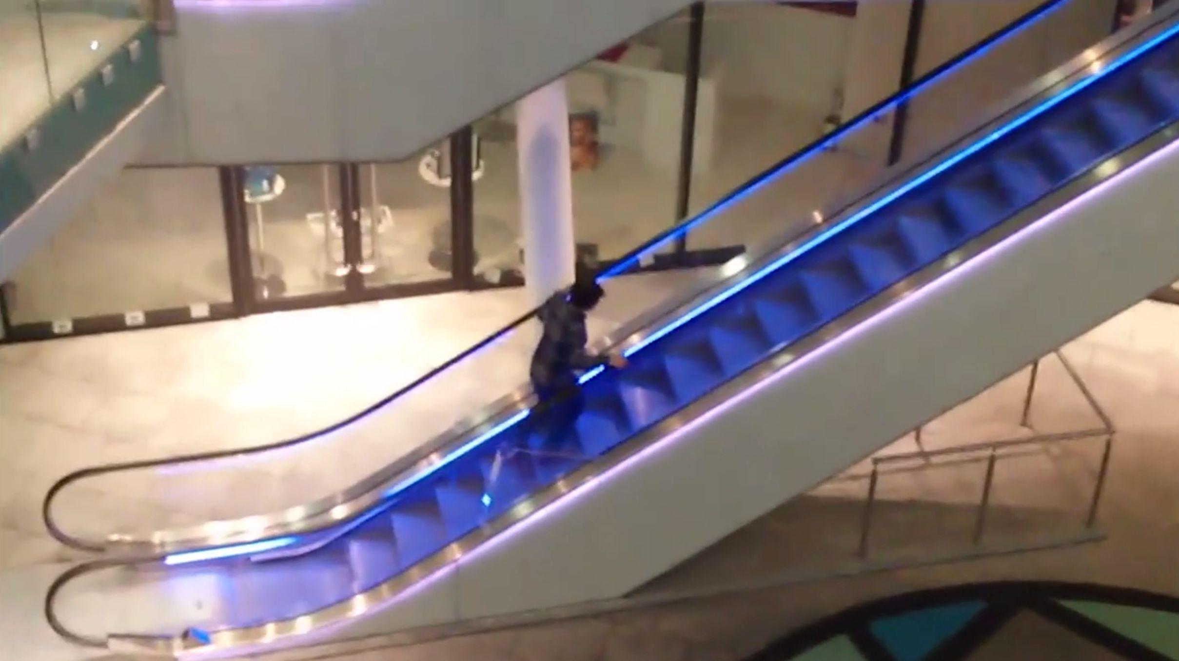 Einfach nur ein Betrunkener, der eine Rolltreppe erklimmen