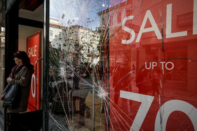 Δέκα τα σπασμένα καταστήματα στην Ερμού. Τα έσπασαν σε δύο