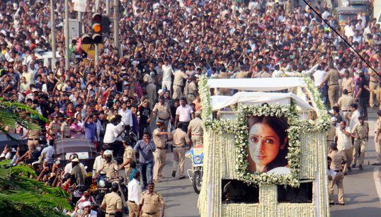 Χιλιάδες κόσμου αποχαιρέτησε τη σταρ του Bollywood που πνίγηκε στην