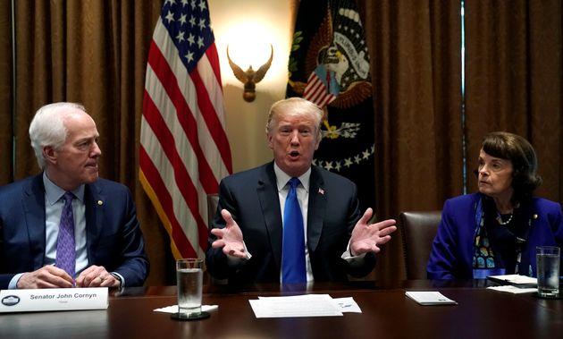 Donald Trump, junto al senador republicano por Texas John Cornyn y la senadora demócrata por California...