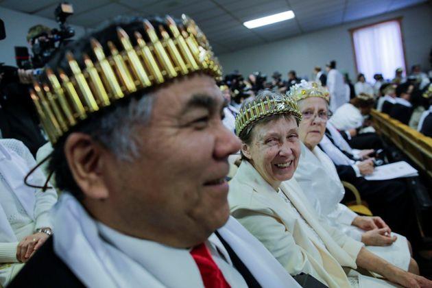 미국의 한 교회에서 소총을 든 사람들의 합동결혼식이