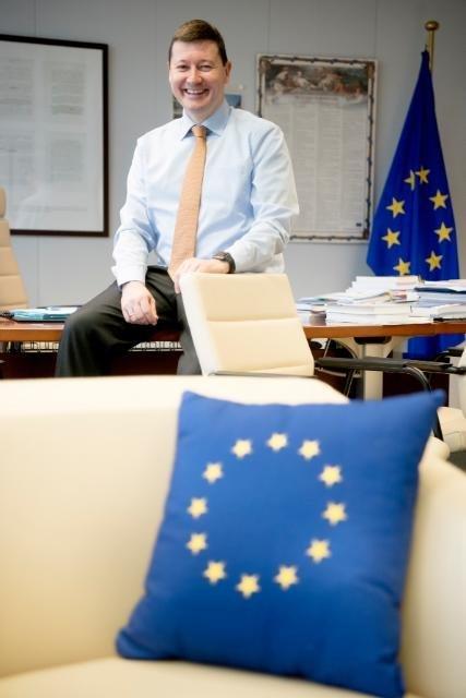 Brisantes Foto: Wichtiger EU-Politiker offenbart aus Versehen geheime Telefonnummern