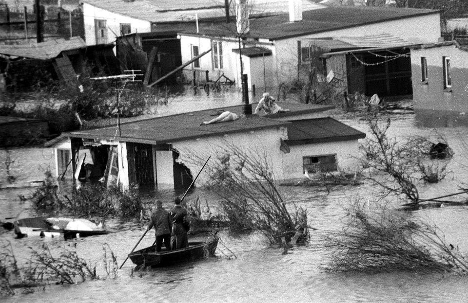 Auf einem Dach wartet ein Überlebender der Flutkatastrophe auf seine Rettung aus dem