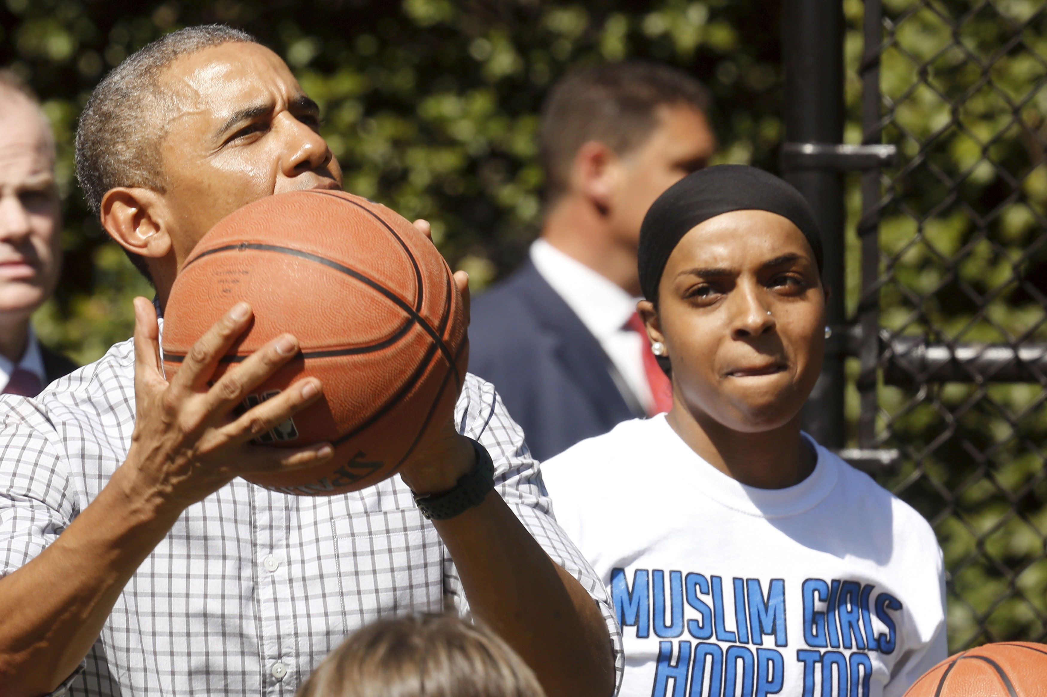 U.S. President Barack Obama plays basketball with Bilqis Abdul-Qaadir (R) as he takes a tour of the exercise activities at the annual Easter Egg Roll at the White House in Washington April 6, 2015.  REUTERS/Jonathan Ernst