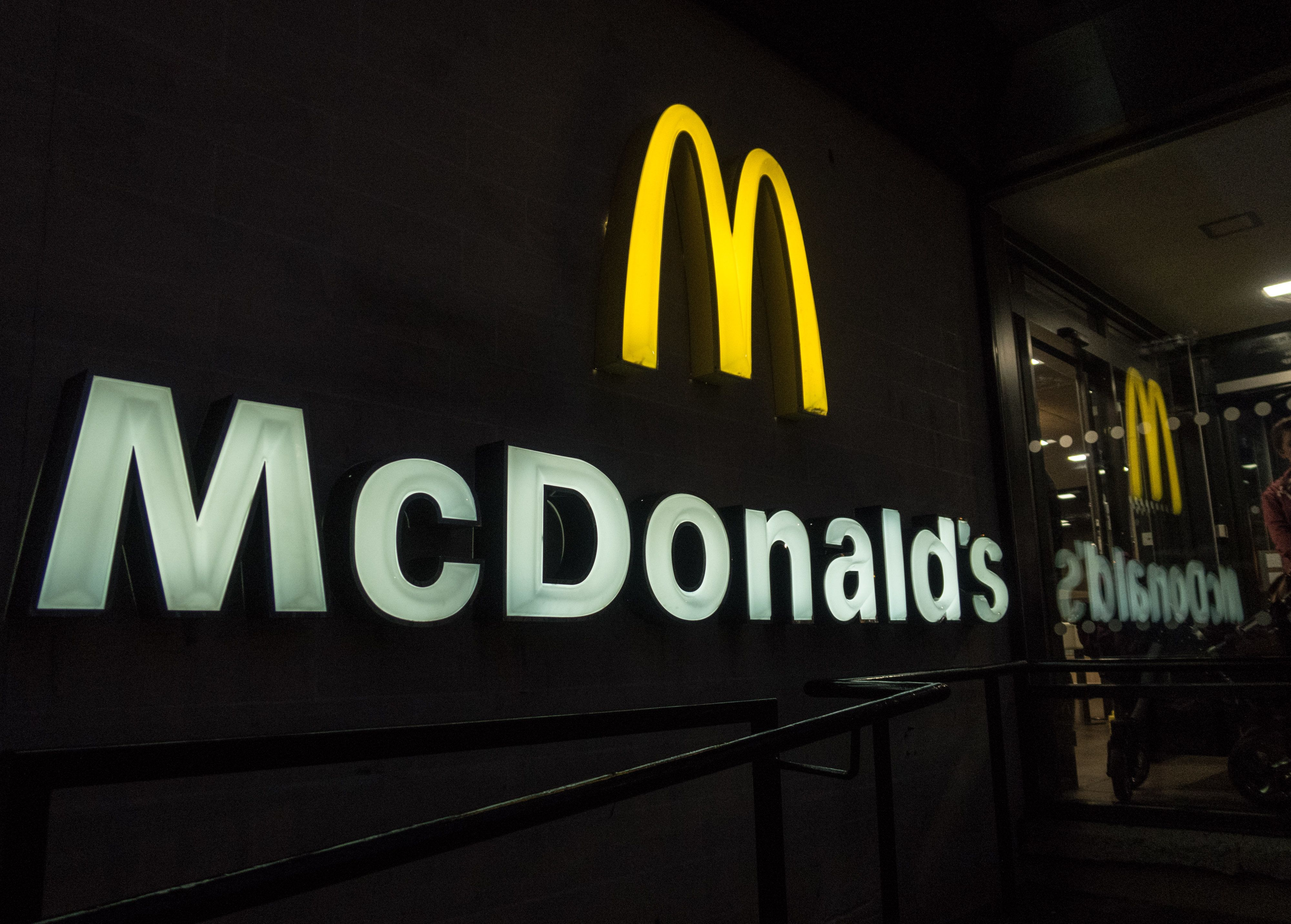 미국 맥도날드 고객들은 이 아시안 소스가 동났다고