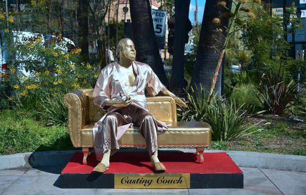 오스카 시상식을 앞두고 하비 웨인스타인의 조각상이 할리우드에