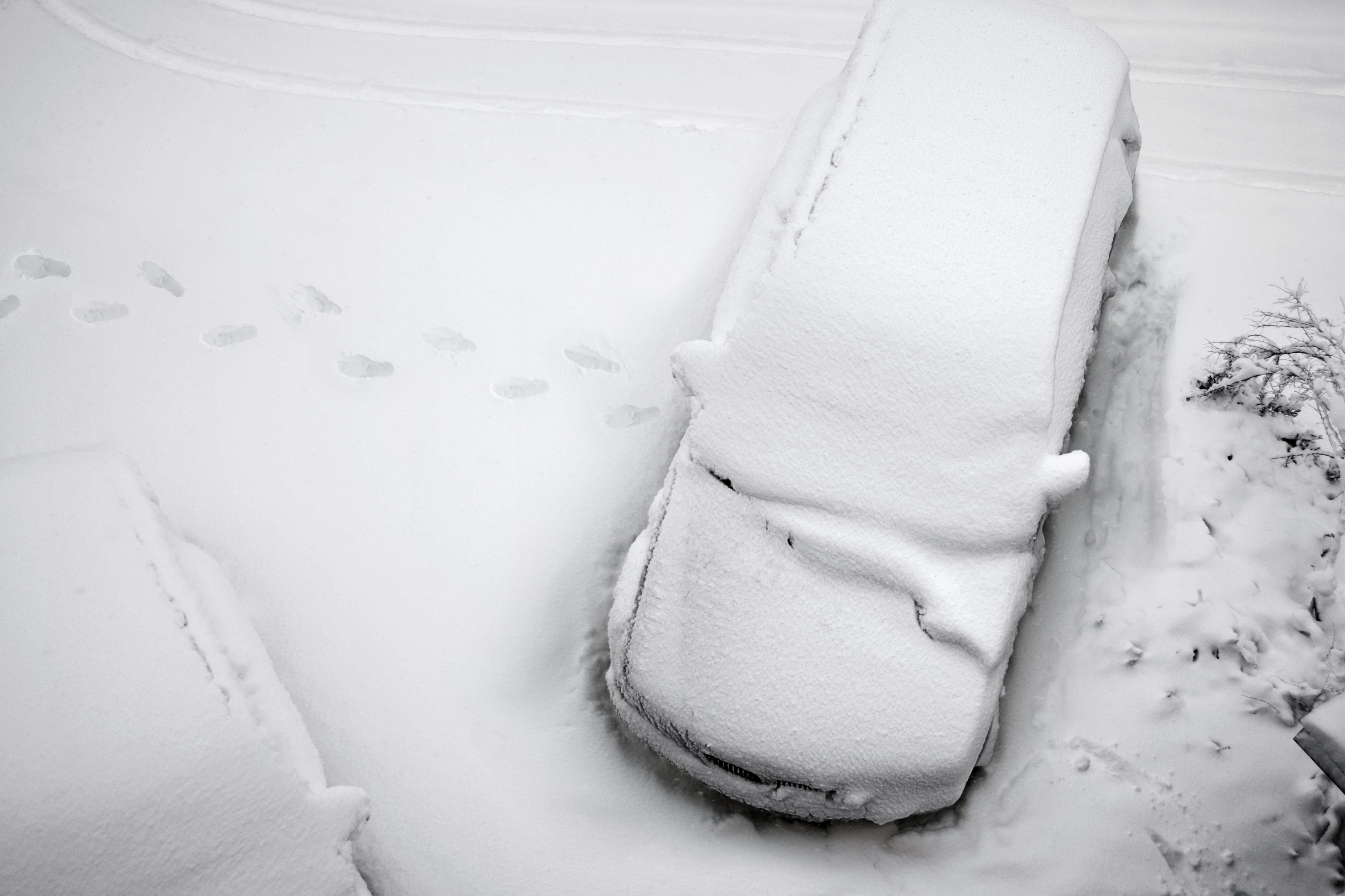 Schwangere bleibt im Schnee stecken – ihr Mann hilft bei der Geburt am Straßenrand