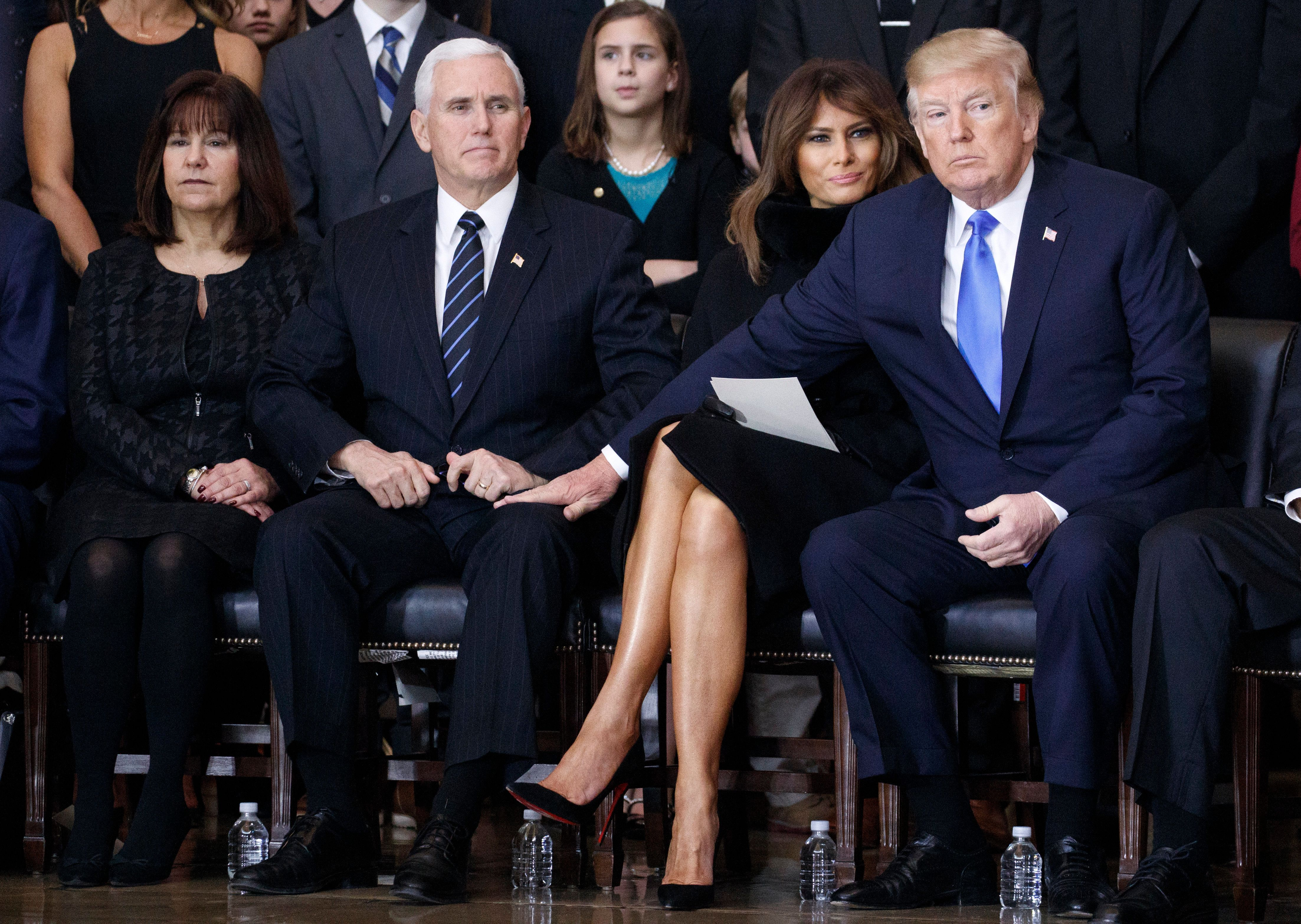 Auf Beerdigung: Foto zeigt neuen schrägen Moment zwischen Donald Trump und Melania
