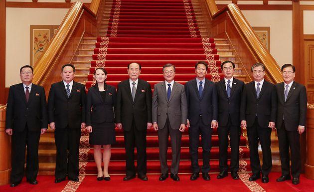 사진은 2월10일, 청와대에서 문재인 대통령이 북한 특사단 일행과 기념촬영을 하는 모습. 정의용 국가안보실장(오른쪽 맨 끝)과 서훈 국가정보원장(오른쪽 두 번째)이 이번 대북 특별사절단에