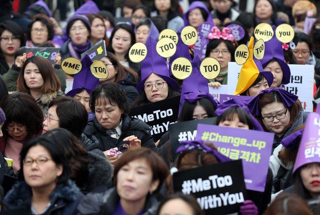 4일 오후 서울 광화문광장에서 열린 3.8 세계여성의날 기념 제34회 한국여성대회에서 참석자들이 '미투' 문구가 적힌 모자를 쓰고