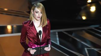 US actress Emma Stone presents the Oscar for Best Director during the 90th Annual Academy Awards show on March 4, 2018 in Hollywood, California. / AFP PHOTO / Mark Ralston        (Photo credit should read MARK RALSTON/AFP/Getty Images)