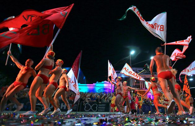 As cores, o brilho e os carros alegóricos do Mardi Gras gay e lésbico de