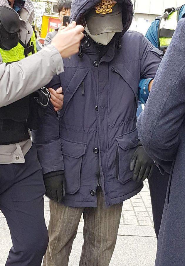 5일 오후 서울 여의도 대한애국당 당사 앞에서 폭발물 의심 물체를 갖고 있던 남성이 경찰에 체포돼 연행되고 있다.(독자