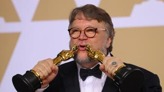 "90th Academy Awards - Oscars Backstage - Hollywood, California, U.S., 04/03/2018 - Guillermo del Toro kisses his Oscars after winning Best Picture and Best Director awards for ""The Shape of Water."" REUTERS/Mike Blake"