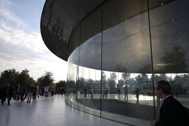 애플 직원들이 사옥 유리벽에 계속 머리를 찧고