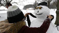 Βρετανία: Δεκάδες χιονάνθρωποι ντυμένοι στα μαύρα «θρηνούν» για τη χαμένη τους φίλη,