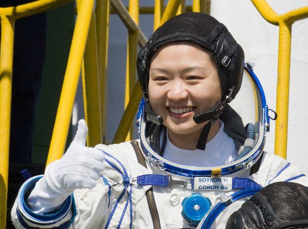 한국인 첫 우주인 이소연씨가 10주년을 맞아 입을