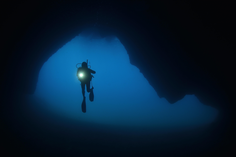 Mann taucht in die Tiefen des Ozeans und macht einen alarmierenden