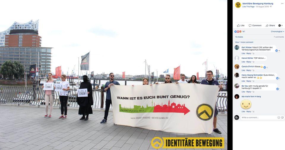 Mayer-Sande (Dritte von rechts) hält zusammen mit anderen Aktivisten der IB ein Plakat am Hamburger...