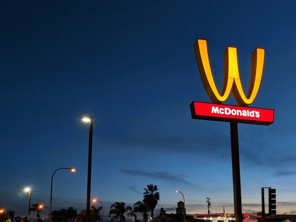 맥도날드가 오늘 로고를
