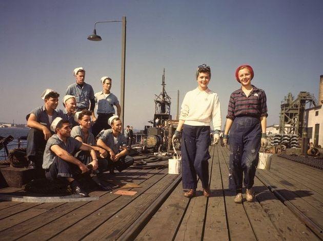 1943년 미국 뉴런던에서 선원들이 바지 입은 여성 노동자들을 바라보고