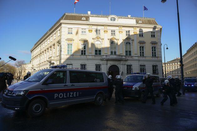 Άγνωστα τα κίνητρα των δύο επιθέσεων με μαχαίρι στη Βιέννη. Τέσσερις τελικά οι