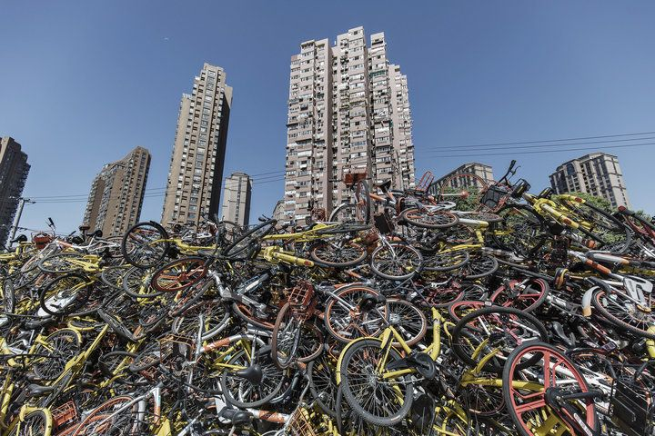폐기장에 버련진 공유 자전거. 상하이.