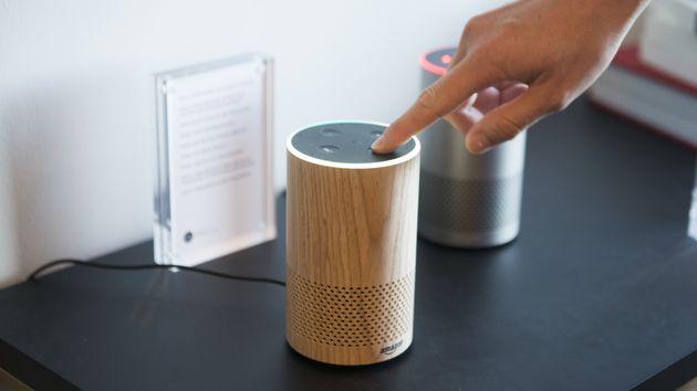 Amazons Alexa soll Fragen beantworten. Doch derzeit bricht sie manchmal einfach in Gelächter