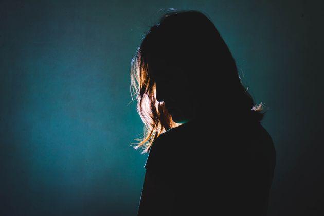 Γυναίκα που έχει χάσει τη μνήμη της ξεσπά σε λυγμούς κάθε μέρα που της θυμίζουν πως ο άνδρας της την
