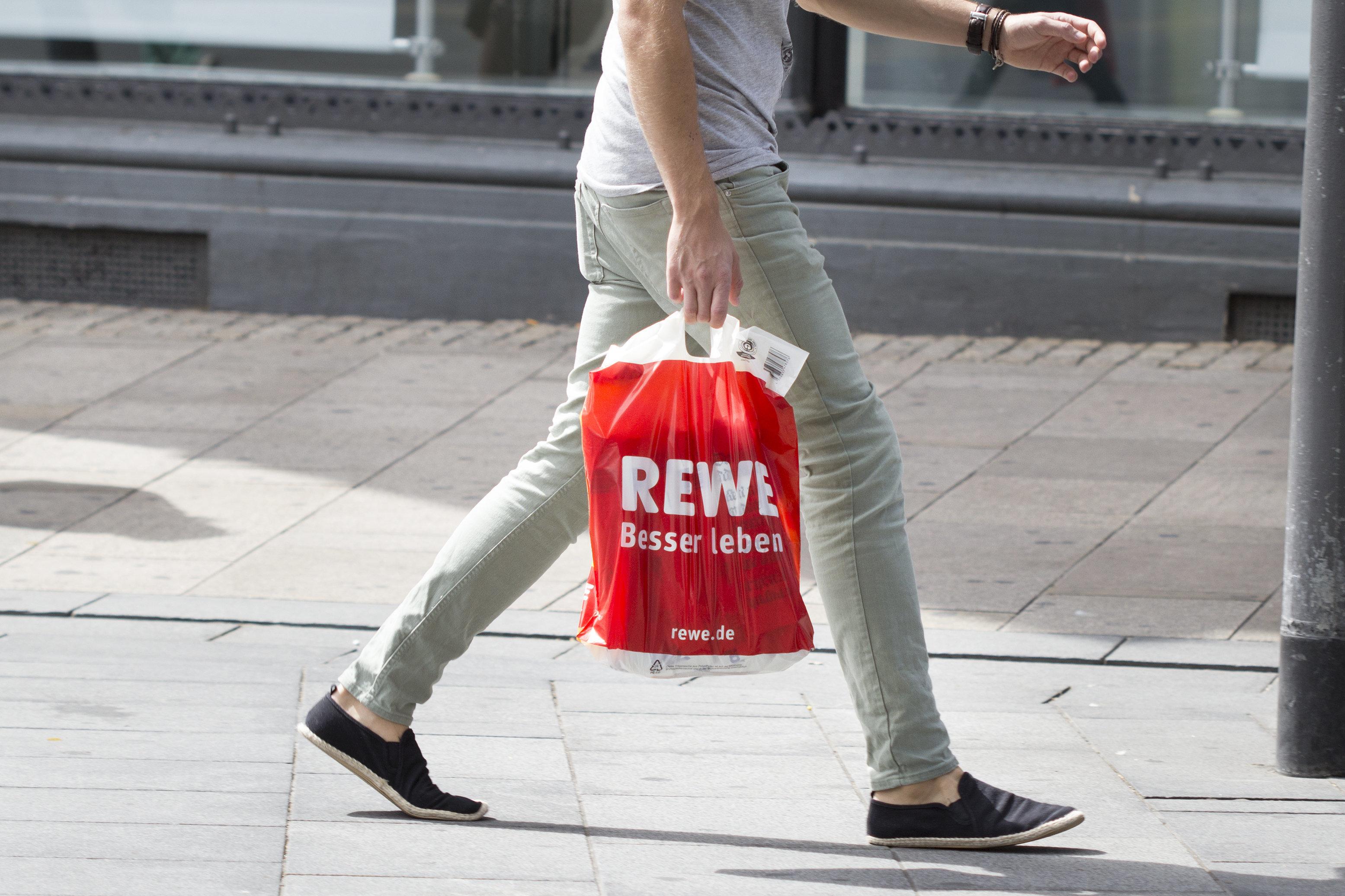 Rewe-Kundin sieht die Mitarbeiterin hinter der Frischetheke – dann lässt sie die Einkäufe stehen
