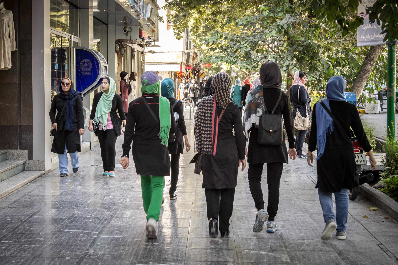 Frau nimmt im Iran ihr Kopftuch ab – diese Strafe hat sie dafür