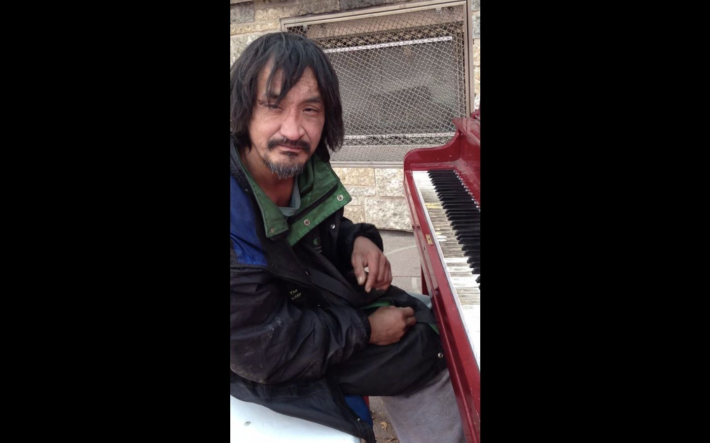 4년 전, 피아노 연주로 세계를 감동시켰던 노숙자가 세상을