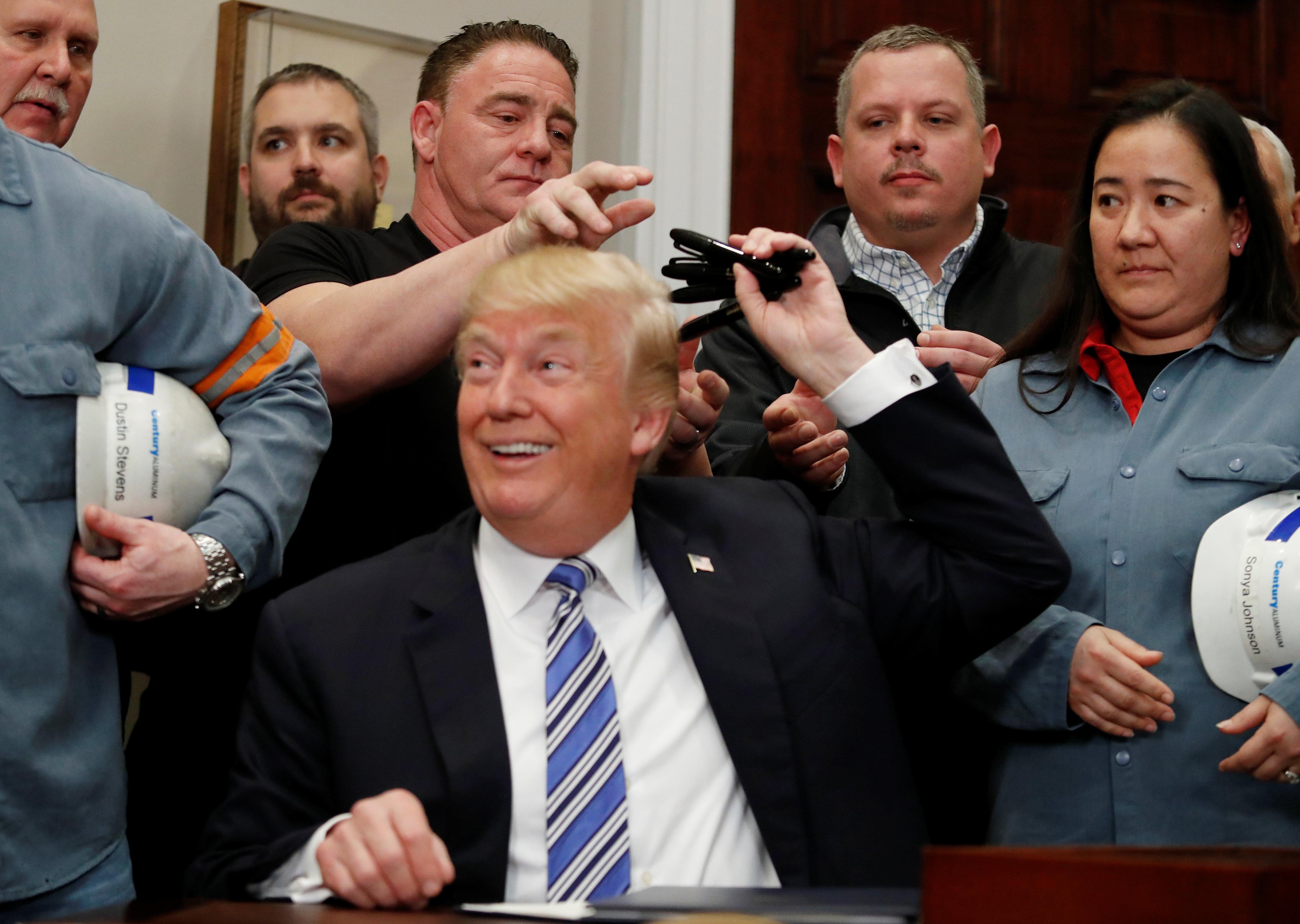 Ντόμινο αντιδράσεων μετά την επιβολή δασμών σε χάλυβα και αλουμίνιο από τον Τραμπ. Εμπορικό πόλεμο φοβάται η