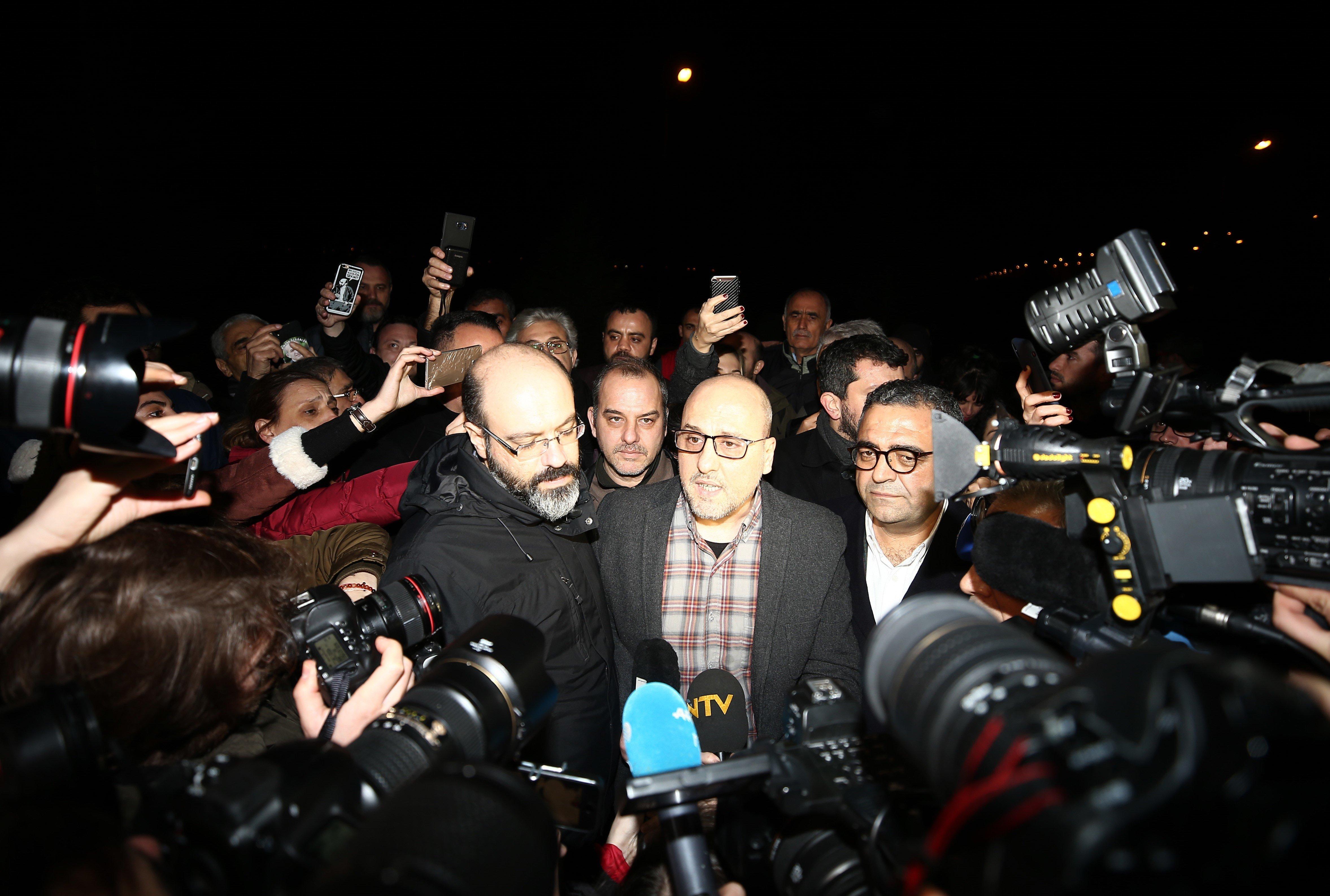 Τουρκία: Δύο δημοσιογράφοι της αντιπολιτευόμενης εφημερίδας Cumhuriyet αποφυλακίστηκαν υπό