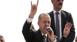 Für den Bruchteil einer Sekunde zeigt Erdogan mit einer Geste, wohin er die Türkei gerade lenkt