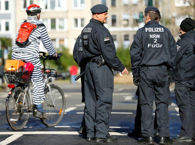 Πέντε άτομα αναζητά η αστυνομία στη Γερμανία για την επίθεση σε