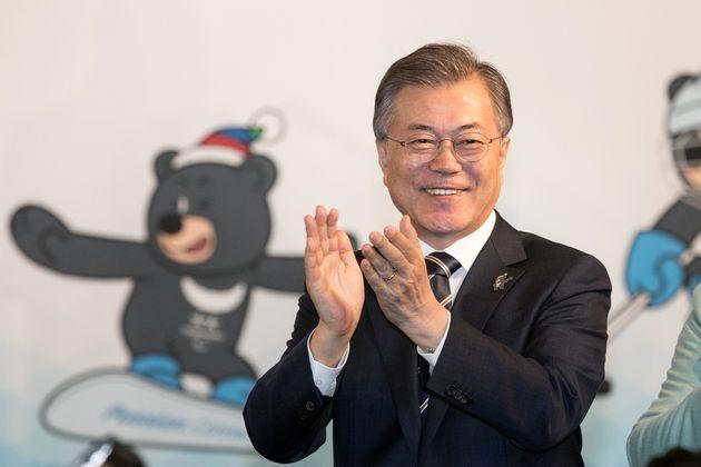 문재인 대통령이 평창동계패럴림픽 한국 첫 메달리스트 신의현에게 축하 인사를