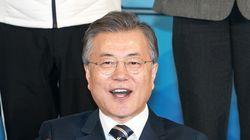 문대통령이 평창동계패럴림픽 한국 첫 메달리스트 신의현에게 전한