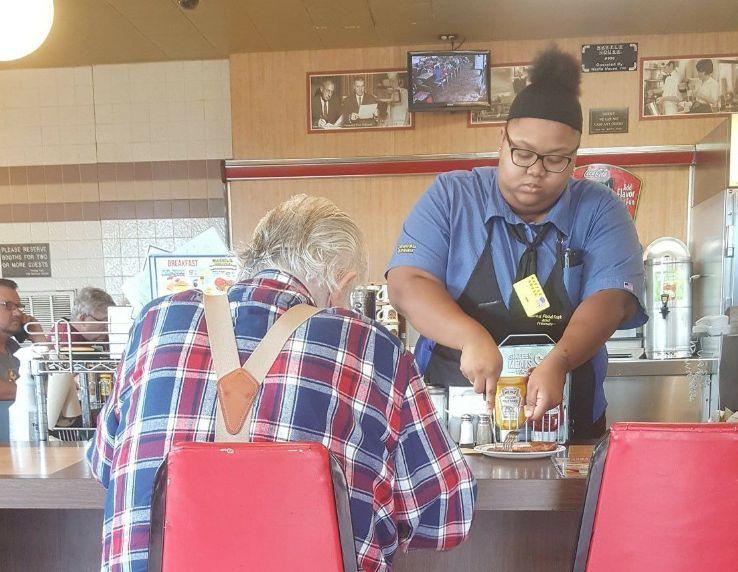 Kellnerin hilft einem altem Mann beim Essen – und verändert damit ihr