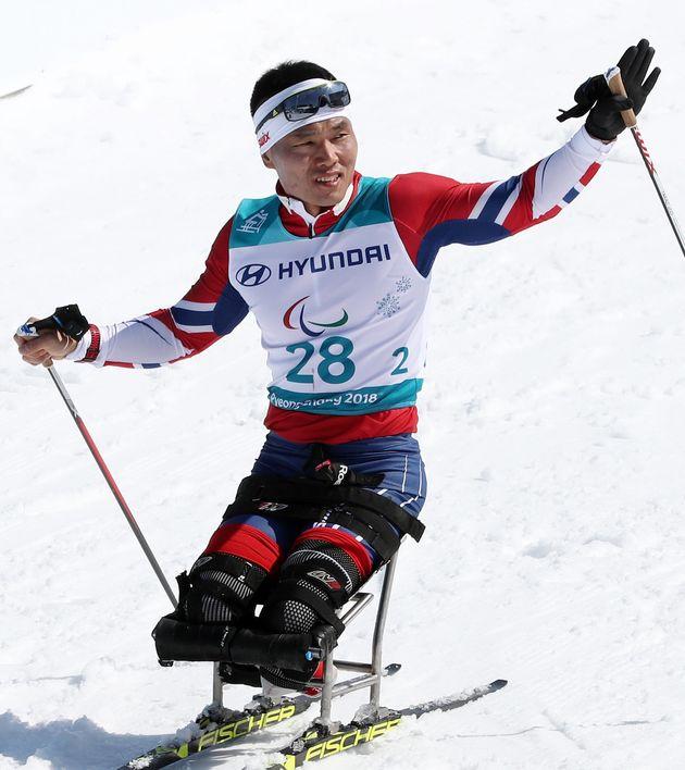 11일 열린 평창동계패럴림픽 크로스컨트리 스키 남자 15km 좌식 경기에서 신의현 선수가 결승선을 통과하는 모습. 신의현은 이날 42분28.9초로 동메달을